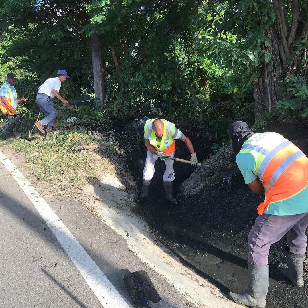 Brigadas del Ayuntamiento de Sabana Iglesia continúan su jornada de limpieza.