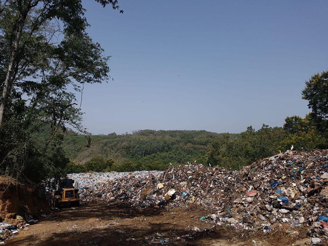 El Ayuntamiento de Sabana Iglesia trabaja en el acondicionamiento del vertedero municipal.