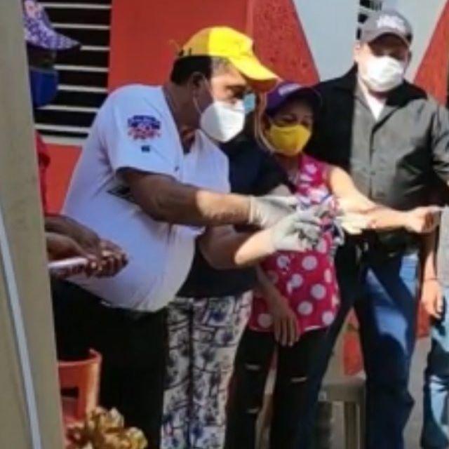 El profesor Rodolfo Reyes inaugura la vivienda#12construida con sus propios recursos económicos.